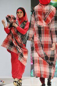Indonesian-models-displays-Muslim-dress-designs