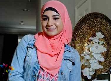 Девушка в хиджабе расплачивается с кредитором